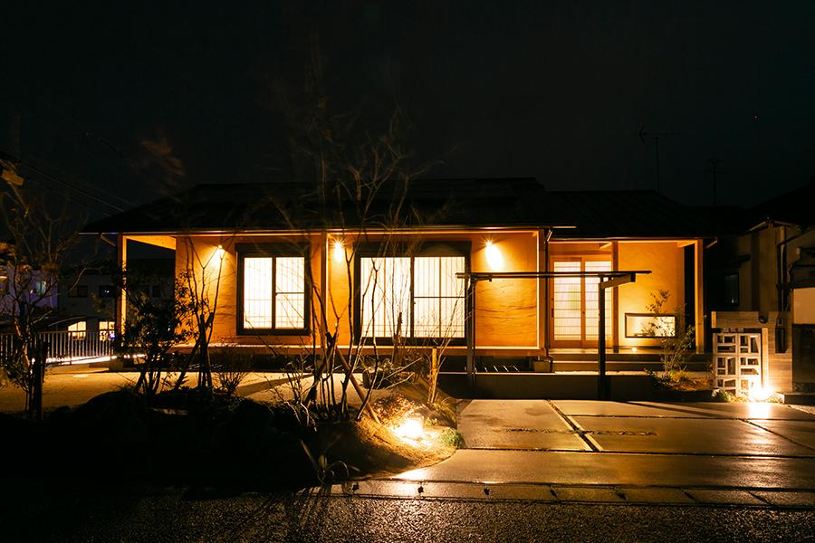ほっこり和む和風な平屋住宅夜の外観