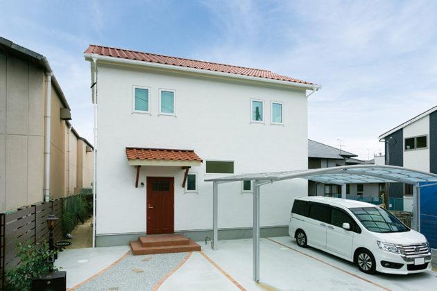 白い塗り壁と赤い瓦のかわいいお家