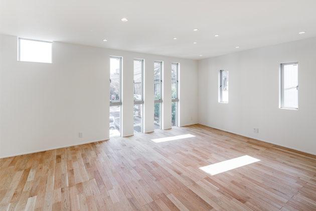 ウォルナットの床と窓からの日差しが心地よいリビング
