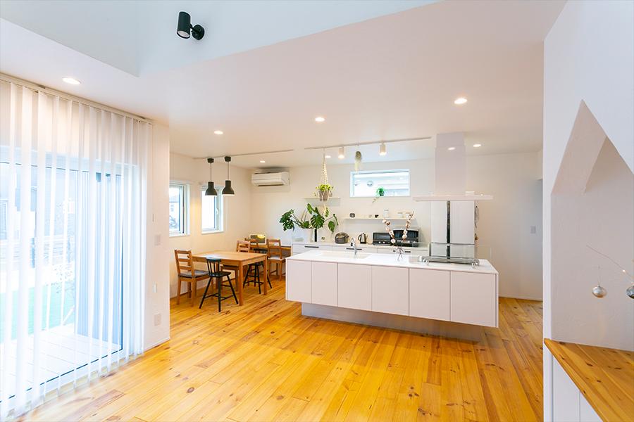 キッチンはリビングとオープンに。家事をしながら家族団らん