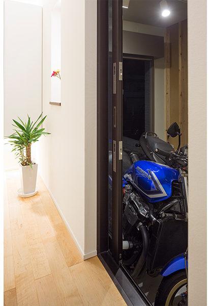 ガレージから玄関ホールへ入ることができとても便利です
