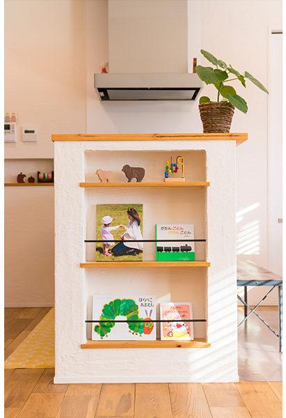 キッチン横の壁を利用してブック収納を作りオシャレなカフェ空間に