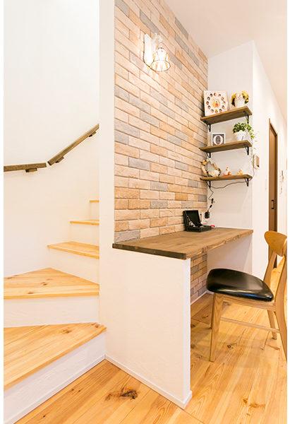 書斎はレンガ調の壁でアクセント
