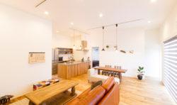 全てのお部屋につながるLDK。珪藻土の白い塗り壁と高く設計した天井の効果で広々と感じさせてくれます。
