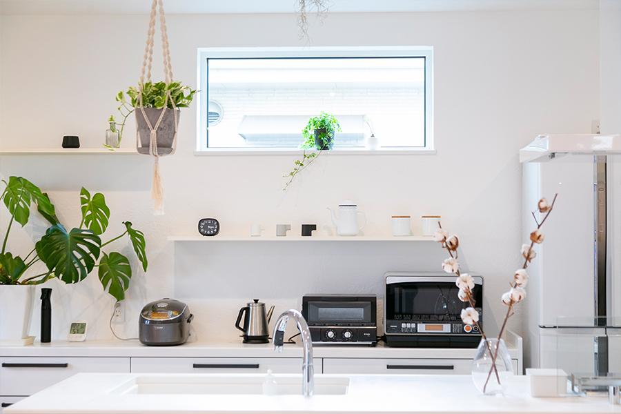 白を基調に清潔感のあるキッチンスペース