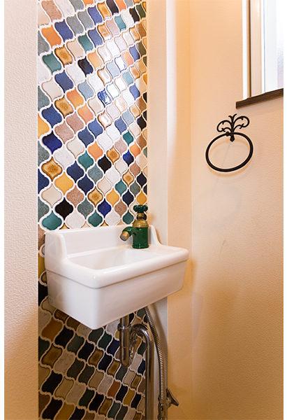 トイレの洗面のタイルがとても印象的です