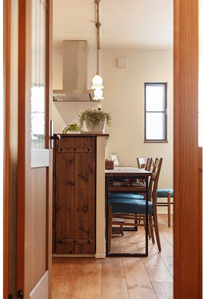 キッチン横の壁には扉を付け収納スペースに
