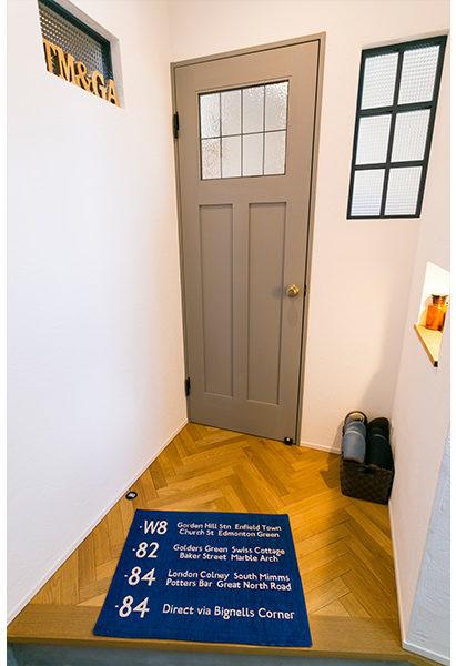 扉にグレーペイントを施しアクセントに。