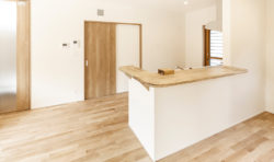 キッチンの前のカウンターを伸ばしお皿を置くスペースに