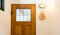 ガラスの窓でかわいさを演出したリビングドア