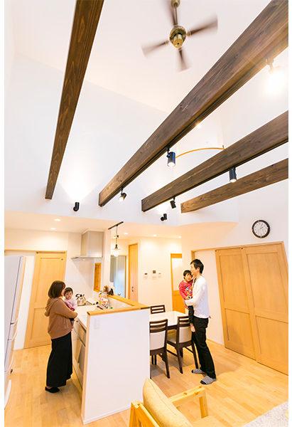 メープルの床材をはじめ、全体的にナチュラルな明るさがあるLDK。