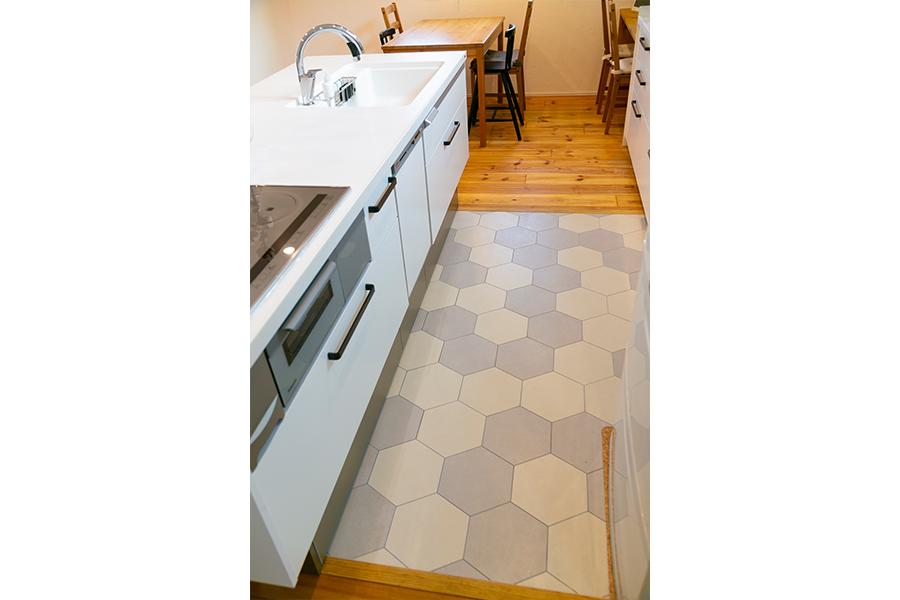 キッチンフロアは六角形のタイル