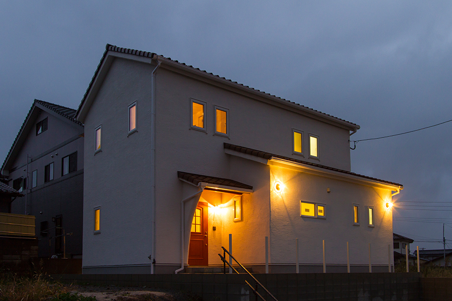 真っ白な壁に照明が映えて温かい印象を与えます