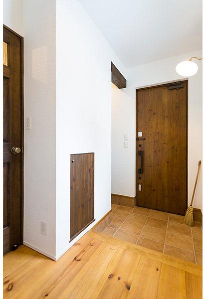 玄関の壁にはちょっとした収納スペースを