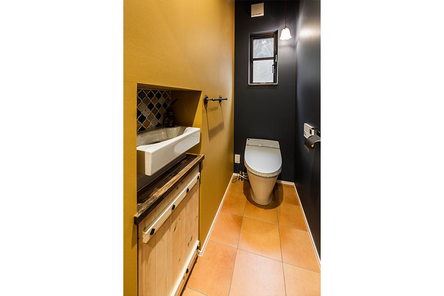 トイレの壁には掘り込みを作り手洗いスペースや収納スペースに
