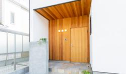 板張りの玄関ポーチはモダンなイメージ
