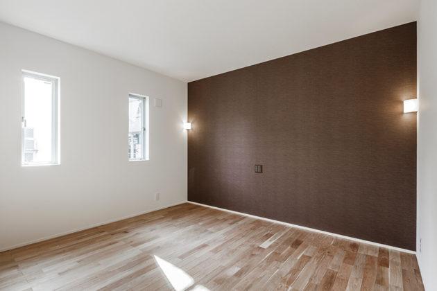 間接照明と壁のアクセントで落ち着いた印象の寝室
