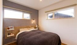 寝室は、一面に色を付けた漆喰を用い、落ち着いた雰囲気を演出しています