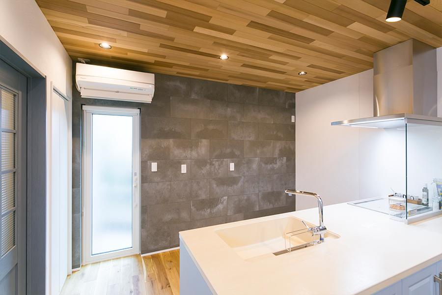 キッチンの背面はインダストリアルな壁に