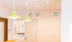 キッチンの背面には飾り窓でかわいさUP!