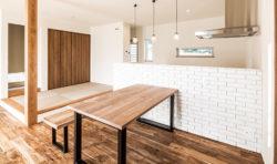 キッチンにはシンプルな白いレンガ風タイルを。