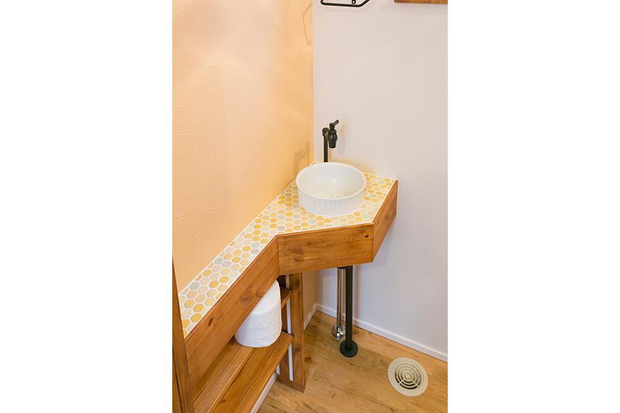 トイレの中に造作のかわいい手洗い場