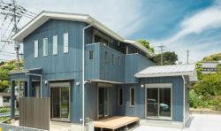 ブルーグレーの外壁にさんかく屋根のスッキリとしたお家