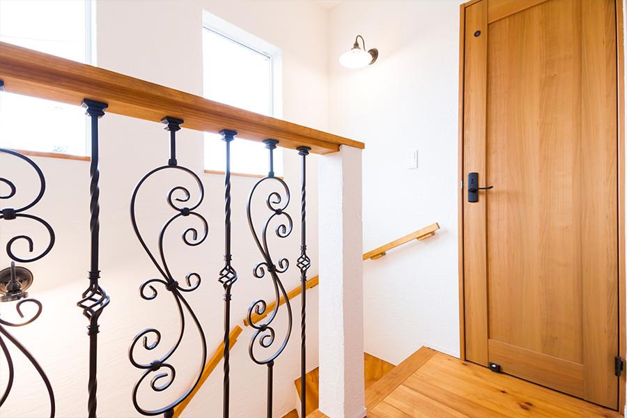 階段の壁の一部にアイアンの格子で、お家の雰囲気を明るくしてくれます
