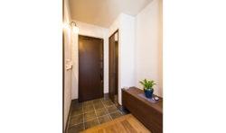 玄関はシンプルでシックな色合いに。