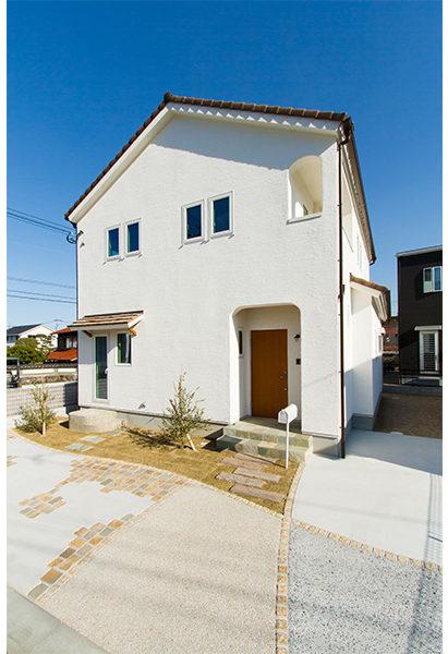 外壁に漆喰を使ったさんかく屋根のかわいいお家