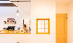 キッチン、ダイニング、洗面室とが周回できる間取り。共働きの家事は効率が大事です。
