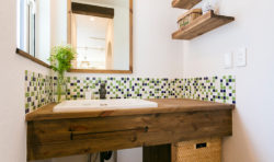 モザイクタイルでレトロチックな洗面台