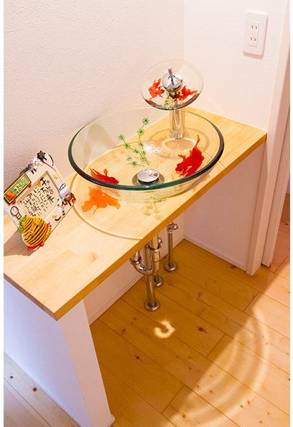金魚の絵が描かれたガラスのボウル