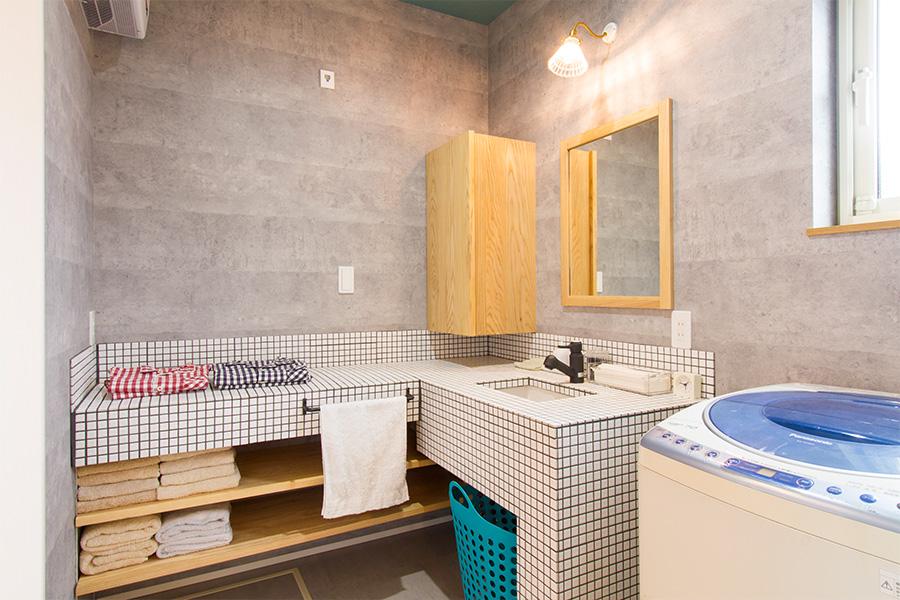 作業スペースと一体に作った、L型の洗面化粧台