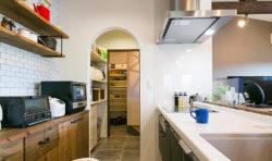 キッチンから玄関にまっすぐ通じる動線