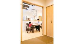 LDKとつながる和室。お子さんが遊んでいる様子をキッチンから窺えるように設計しています。