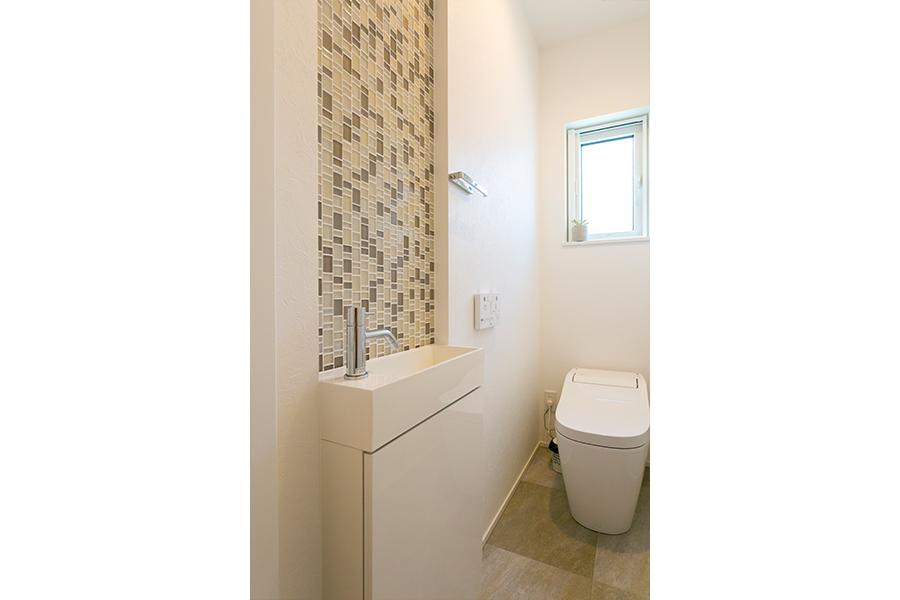 トイレの洗面台はタイルで特徴的に