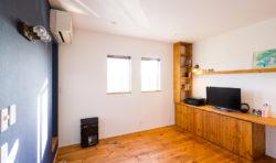 寝室に造作のTVボードを作り収納スペースが増えました