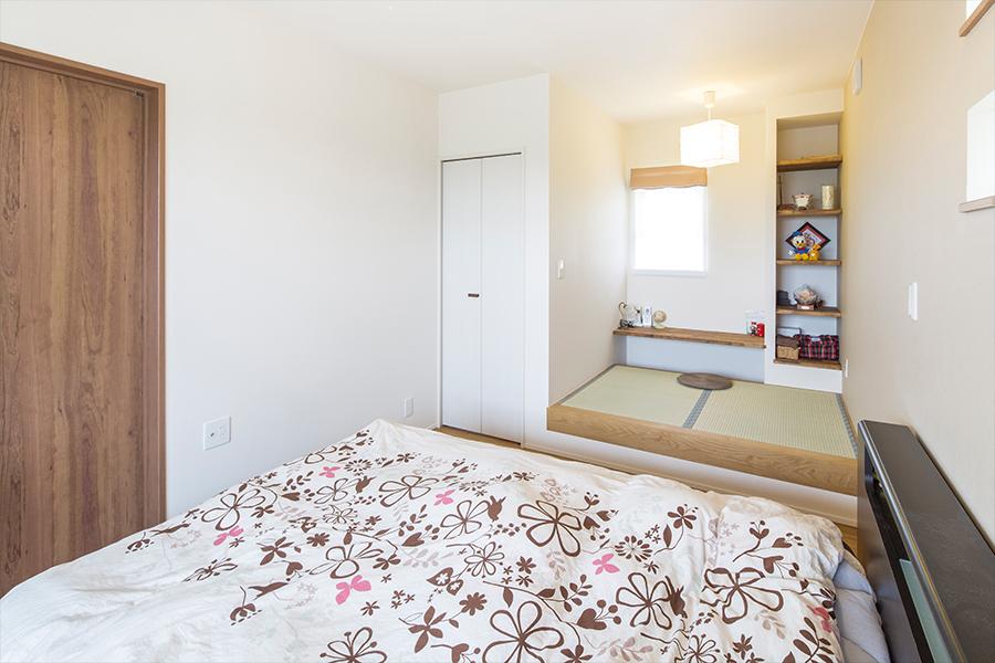 寝室にはちょっとした和室スペースを