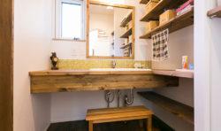 造作の洗面台横には棚を付け常にスッキリ片付きます
