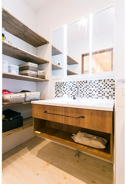 洗面台の隣に造作の棚を