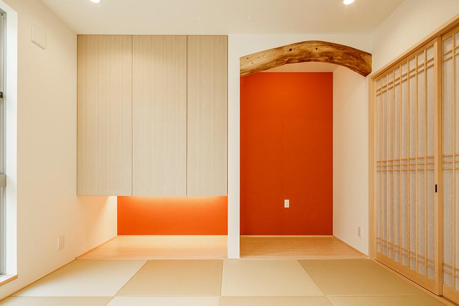 和室の床の間には築100年以上の家を支えていた梁を再利用