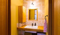 洗面室は、暖かみのある色で明るい空間に