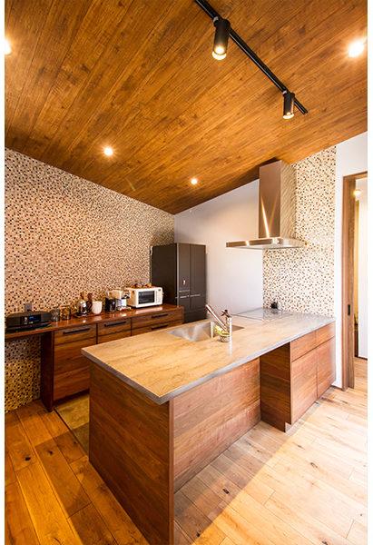 オーダーキッチンとタイルの組み合わせでここにしかない素敵なキッチンが。