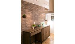 大工さん手作りの食器棚と壁一面に張られたタイルがアクセントに