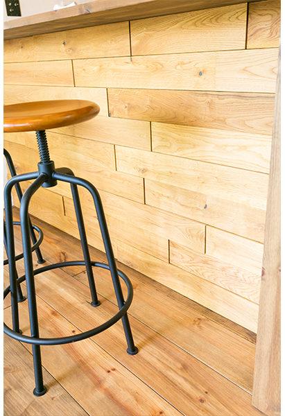 床材を使いカッコよく仕上げたカウンター