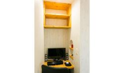 寝室の一角に作ったPCスペース。通信の配線にまでこだわった特別仕様です。