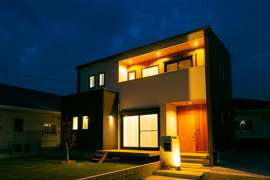 夜は明かりでお家の輪郭が浮き出ます。
