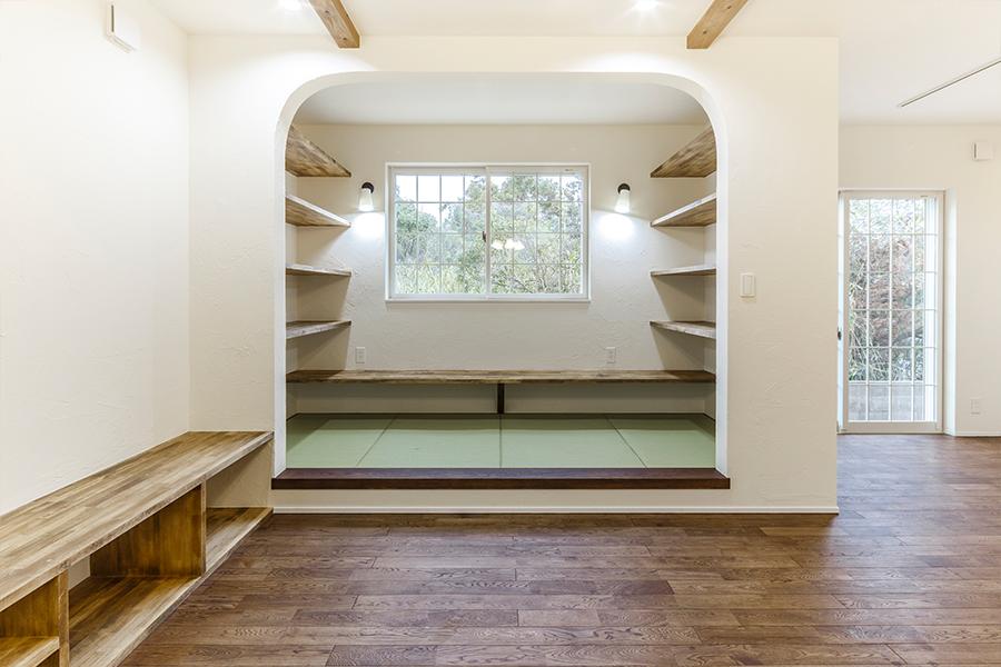 和室は造作の机を設置