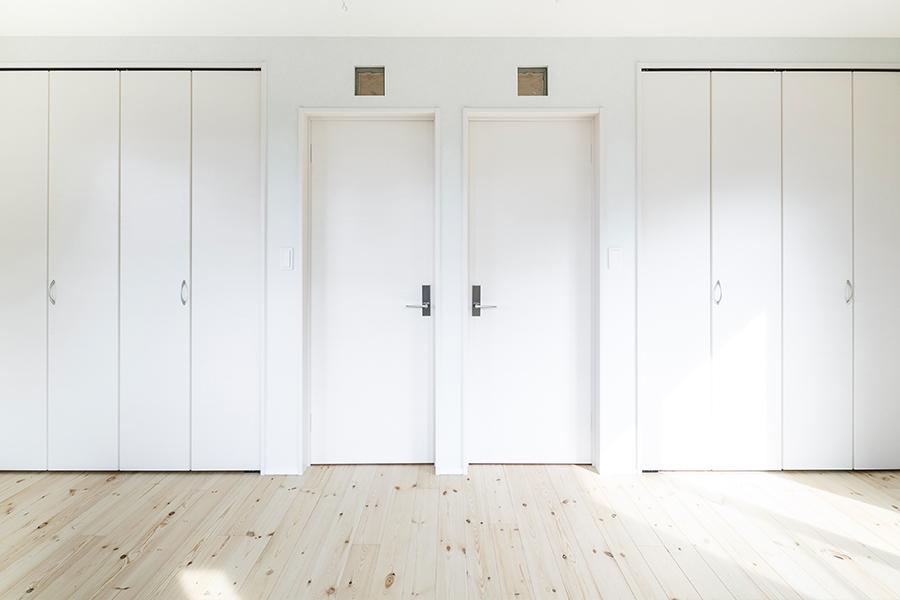 壁、床、天井、ドアを白で統一